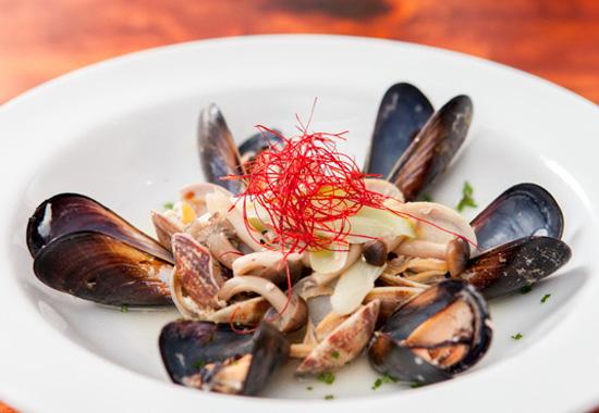 フレンチレストランFleurムール貝とあさりのワイン蒸し